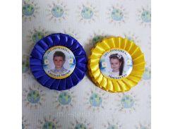 Жовті та сині розетки для випускників та першокласників