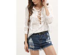 Белая блуза с модной шнуровкой и глубоким вырезом