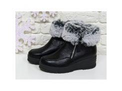 Классические женские ботинки из натуральной блестящей кожи черного цвета с меховой опушкой, на удобной не высокой танкетке, Б-17115
