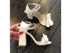 Босоножки из натуральной кожи белого цвета на удобном каблуке с бантиком, 12044-1